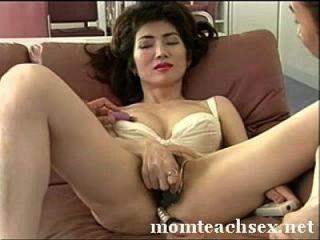 mamá japonesa enseña a los amigos del hijo sobre el sexo|momteachsex.net