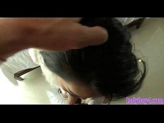 ladyboy joven obtiene su culo estirado abierto por un chico blanco
