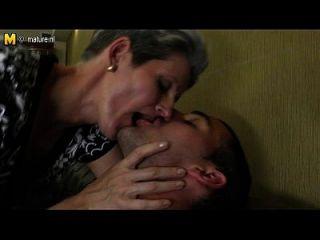 mamá flaca hace el amor a la polla dura de su hijo