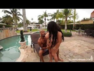 black bbw barbie christy live bangs en bikini junto a la piscina