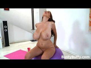 busty buffy practicando yoga desnudo