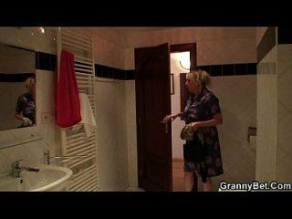 la abuela tetona rubia le agrada después de la ducha