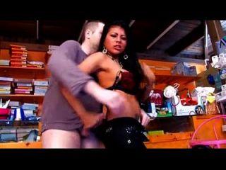Latina sexy con tetas grandes folladas en la tienda donde está trabajando