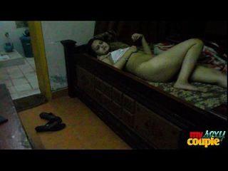 sonia bhabhi indian ama de casa extendiendo largas piernas sexy para el sexo