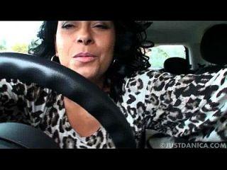 danica collins (donna ambrose) juega en el coche