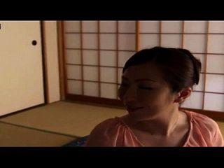 historia sobre una mamá japonesa con el hijo y su amigo en la casa, casa hiden cam