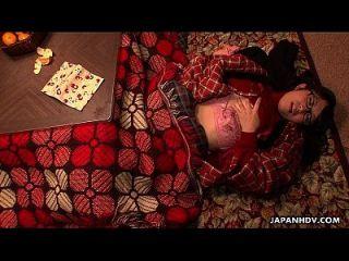 nerdy asiática adolescente frota su coño bajo la manta