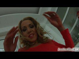 asstraffic rubia se juega a sí misma durante el sexo anal