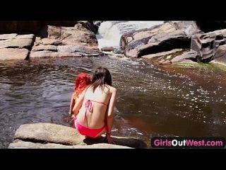 muchachas hacia fuera las muchachas lesbianas australianas del oeste dan rimjob el uno al otro