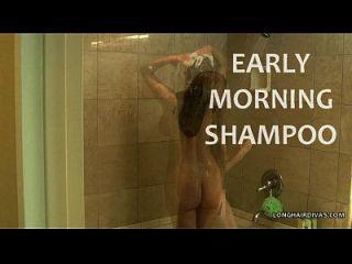 busty longhair blonde milf champú en la ducha