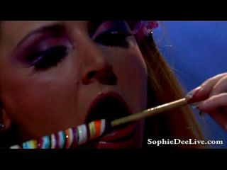 ¡el dee grande del sophie del titán lame los lollipops y el gatito!
