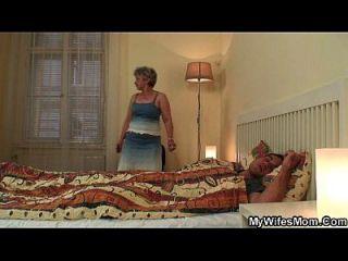 hija escandalizada encuentra a su vieja mamá montando su polla