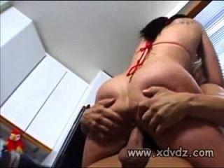 hottie detiene el partido de baloncesto con su amante para tirar de él dentro de sexo