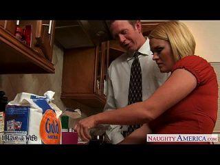 chesty esposa krissy lynn slurping cum en la cocina