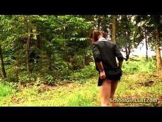 colegiala tetona es atornillado en el bosque