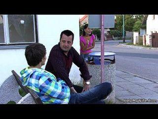 el tipo folla a su esposa encantadora para el dinero