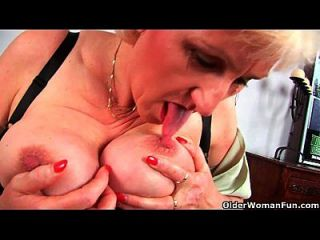 abuela anna con su tetas grandes dedo folla su dulce madura coño
