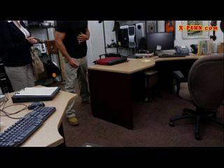mujer de negocios busty follada en la casa de empeño para ganar dinero