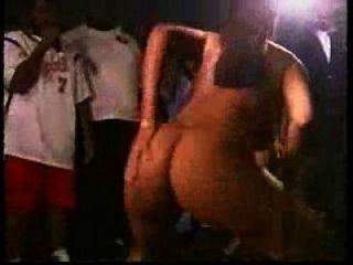 safada tira ropa no baile funk