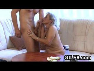 vieja señora de la limpieza se la follan por un chico joven