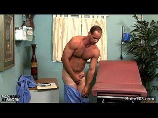 mordedura gótica caliente del doctor de los arroyos de la circunferencia que masturban en oficina