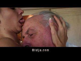 fetichista morena lamiendo arrugado anciano