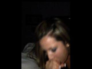 caliente esposa toma un bocado de esperma mientras se filma en un iphone