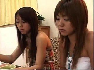 2 lesbianas japonesas comiendo pastel y besos