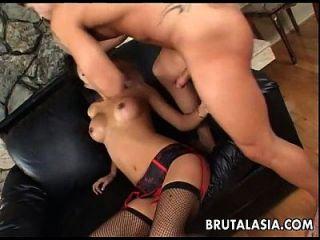 asiática morena puta chupa y obtiene culo fucked real rough