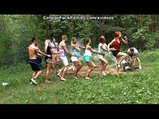 putas de colegio sucio a su vez una fiesta al aire libre en la escena salvaje fest fuck 1