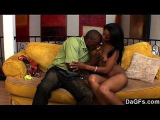 negro húmedo pareja follando en el sofá