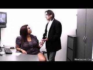 él hace trampa con la gorda secretaria de ébano