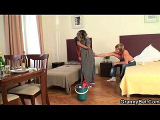 mujer de limpieza toma su polla caliente por detrás