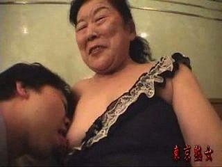 abuelita japonesa disfrutando hacer el amor