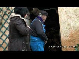 papy baise une bonne milf con un pote y un ejacule sur ses gros seins