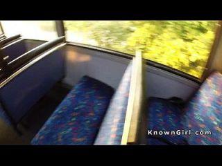 peludo británico aficionado flequillo en autobús público