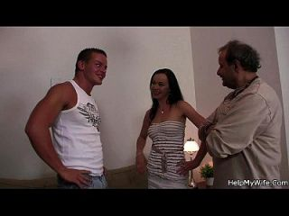 marido amigo golpea a su esposa caliente