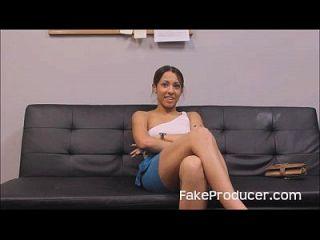 fakeproducer trucos petite latina en una mamada durante la audición de casting