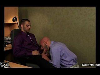 gays lujuriosos golpeando en la oficina