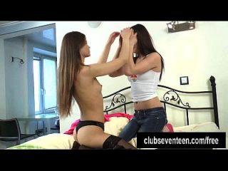 lesbianas adolescentes juegan con un consolador