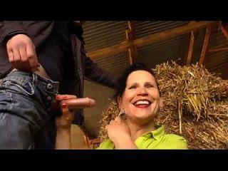 la esposa de un agricultor maduro follará en la granja
