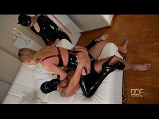 latex femdom disfruta de sexo anal show con estrella rusa lucy corazón