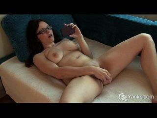 adorable morena tara toying su castor