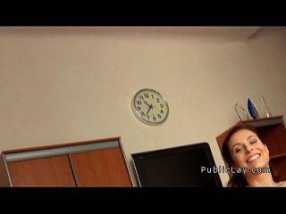 busty pelirroja de público golpeó en una oficina