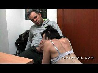 papy chope une jeune salope aux petits seins avec un peu qui la sodomise