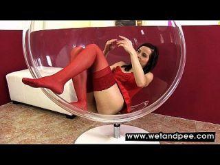 tazón de vidrio se llena de pis caliente