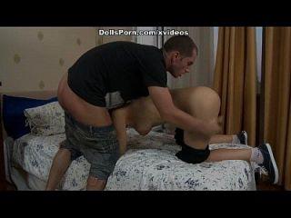 conseguir el coño adolescente trabajado con el juguete del sexo y el pistón verdadero