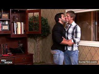 hefty gay obtiene culo follado en la oficina