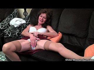 británica abuela vikki con su tetas flacas dedo folla su coño peludo