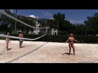 tres chicas calientes golpean un pinchazo de un tipo desnudo